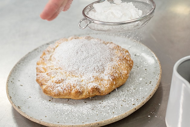 Dusting the pie with icing sugar