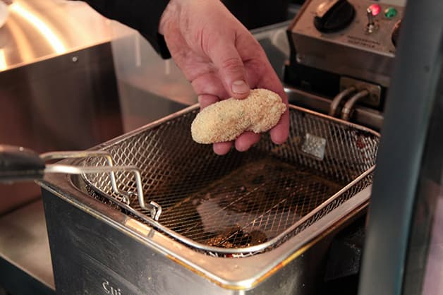Image of the chef frying the croquettes